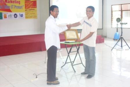 Pak Wirawan FAST menyampaikan tanda mata utk Pak Ahmad Isnaini